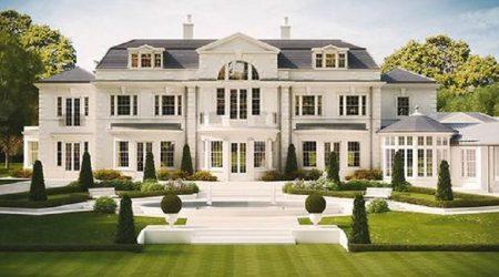 exterior rumah mewah dengan halaman luas