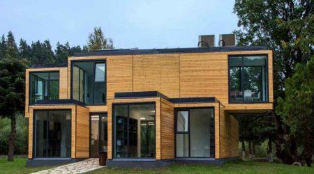 exterior rumah mewah kombinasi kayu dan kaca