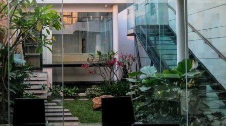 rumah minimalis 2 lantai dengan area terbuka